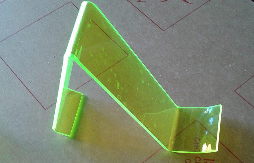 gong mica de dep 879x565 - Kệ trưng bày giày dép mica