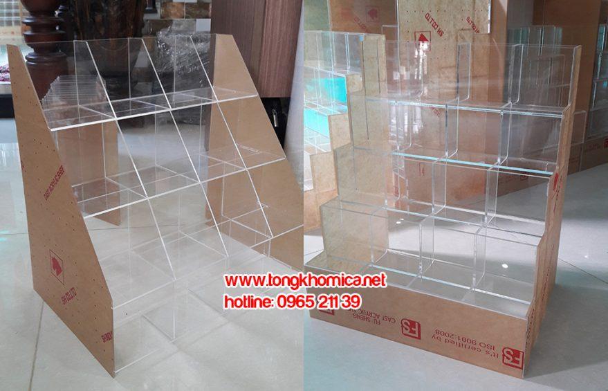 ke van phong pham mica re 879x565 - Kệ trưng bày bút mica