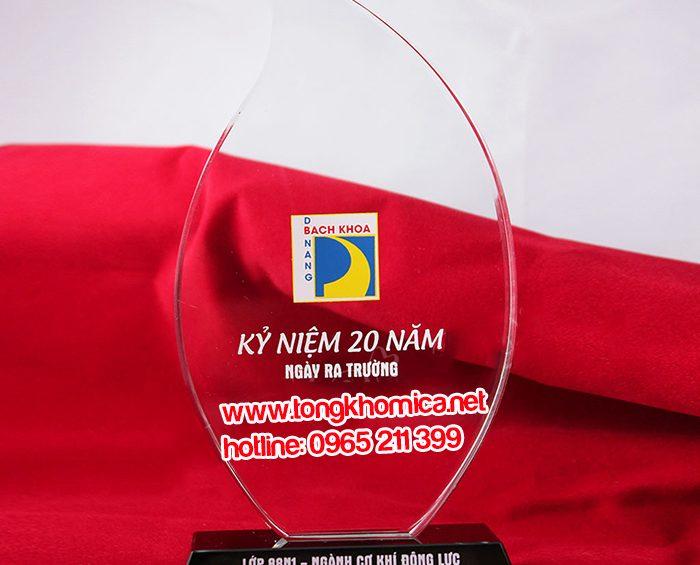 ky niem chuong mica1 700x565 - Dịch vụ gia công mica giá rẻ tại TPHCM