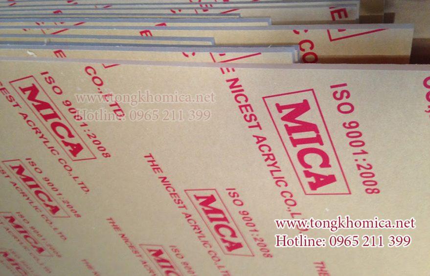 tam nhua mica trong 879x565 - Cửa hàng mica Thủ Đức chuyên bán mica sỉ và lẻ