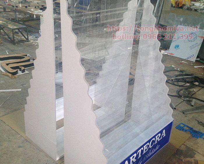 ke mica trung bay san pham gia re1 700x565 - Kệ mica trưng bày sản phẩm tại TPHCM